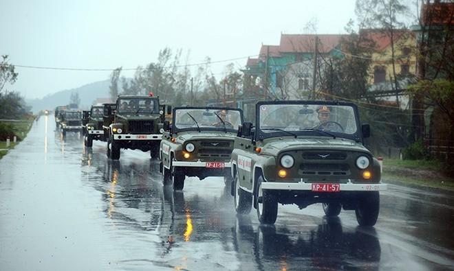 Đoàn xe diễn tập trong mưa.             Bài viết: http://news.zing.vn/Doan-xe-tang-le-tai-Quang-Binh-dien-tap-trong-mua-post359630.html#home_featured.tinnong             Nguồn Zing News