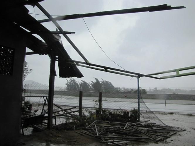 Nhà dân tại thị trấn Phú Lộc bị gió bão quật đổ chỉ còn trơ khung sắt