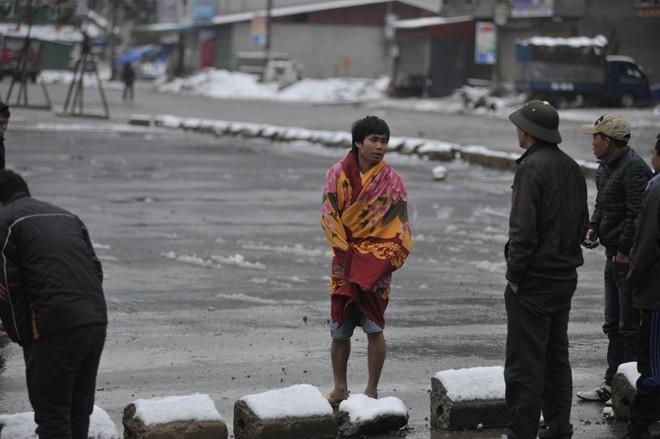 Tuyết rơi bất ngờ khiến cuộc sống của nhiều người bị đảo lộn. Nhiều người quấn chăn ra đường.             Bài viết: http://news.zing.vn/Khach-du-lich-do-xo-len-Sa-Pa-trong-tuyet-trang-post377656.html#home_featured.noibat             Nguồn Zing News