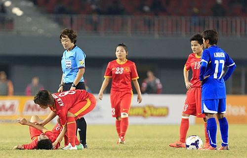 Các cầu thủ Thái Lan chơi xấu nhằm hạn chế sức tấn công của Việt Nam.