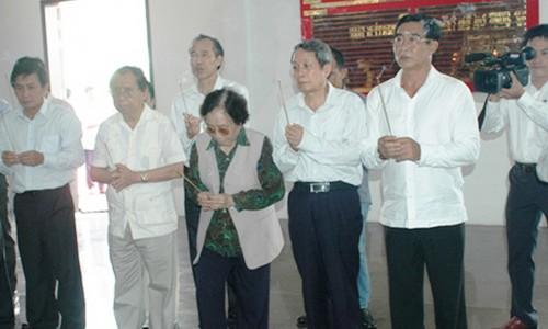 Nguyên Phó chủ tịch nước Nguyễn Thị Bình viếng Đại tướng Võ Nguyên Giáp