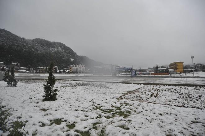 Khách du lịch đổ xô lên Sa Pa đón tuyết trắng - ảnh 18