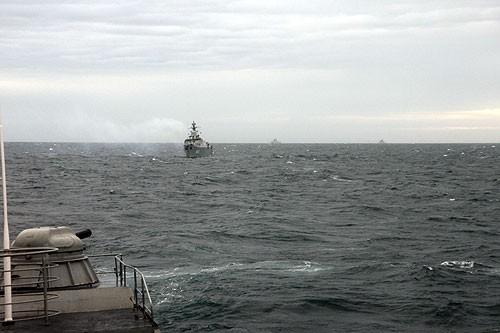 Cuộc tuần tra chung bắt đầu, cận cảnh là HQ-012, tiếp sau là HQ-011; phía xa chếch về bên phải hình là hai tàu của Trung Quốc
