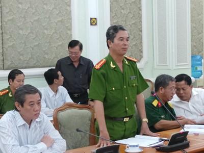 Đại tá Ngô Minh Châu (đứng) - phó giám đốc Công an TP - nói phấn đấu các loại án cướp, cướp giật, trộm cắp khám phá tăng 5% so với năm 2012