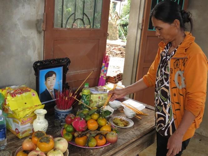 Bà Hương vợ Ông Phụ nói, xác chồng bà đã phải cột vào gốc cây để lũ khỏi cuốn trôi