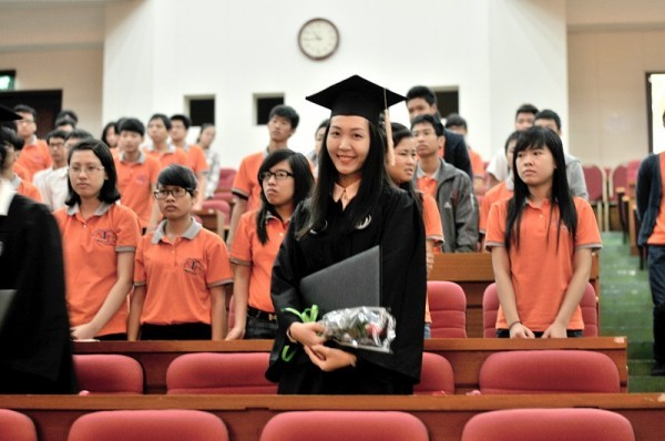 Á hậu Hoa hậu Việt Nam 2010 Đặng Thùy Trang rạng rỡ ngày tốt nghiệp - ảnh 7