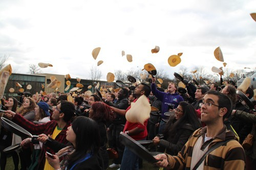 Vào 2/2012, 890 sinh viên của trường Sheffield đã phá vỡ kỷ lục nhiều người tung bánh nhất thế giới cùng một lúc. Mỗi sinh viên sẽ cầm một cái chảo, trên cái chảo là một chiếc bánh và nhiệm vụ của họ là tập trung trước một khoảng sân rộng rồi cùng nhau chơi trò tung hứng. Đã có 40 người bị loại vì làm rơi bánh trên chảo. Điều đặc biệt là sau sự kiện này những chiếc bánh sẽ được gom lại để tặng người vô gia cư             Bài viết: http://news.zing.vn/Nhung-ky-luc-ky-quac-cua-sinh-vien-the-gioi-post359281.html#home_cate.tinmoi             Nguồn Zing News