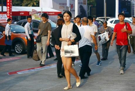 Sau những giờ trình diễn trên sân khấu, Li Jingning bắt đầu rời triển lãm với sự mệt mỏi rã rời