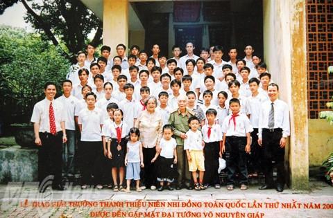 Hoàng Thân cùng các học sinh tham gia cuộc thi Sáng tạo thanh thiếu niên nhi đồng 2005 chụp ảnh cùng gia đình Đại tướng Võ Nguyên Giáp