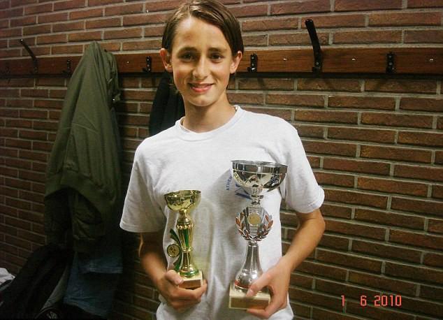 Januzaj và chiếc Cúp giành được khi còn là học sinh trung học