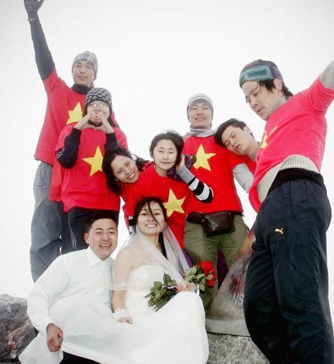 Trọng Hải và Ngọc Lan (phía trước) chụp ảnh cùng bạn trẻ trên đỉnh Fansipan