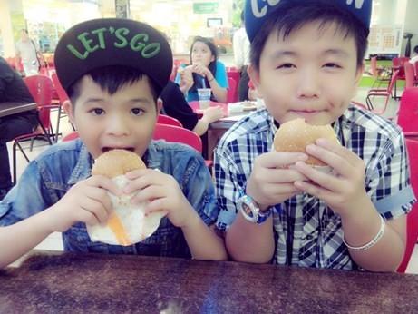 Gặp lại Tôn Chí Long trong một lần tham gia biểu diễn do đơn vị tố chức Giọng hát Việt tổ chức.             Bài viết: http://news.zing.vn/Quang-Anh-lam-gi-sau-The-Voice-Kids-post359359.html#home_featured.tinnong             Nguồn Zing News