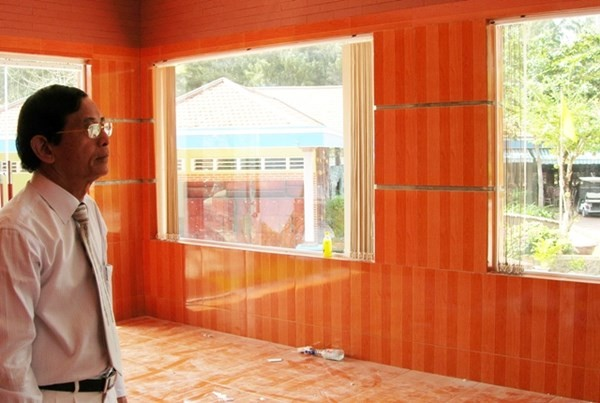 Ông Lê Ân đang kiểm tra tra tiến độ xây nhà cho