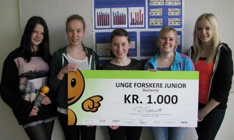5 học sinh giành giải thưởng trong một cuộc thi khoa học tại địa phương. Ảnh: MNN.