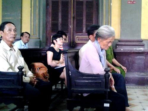 Bà Nga - mẹ và anh trai nhà báo Hoàng Hùng có mặt từ rất sớm