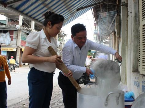 Vợ chồng anh Hòa, chị Hương nấu cháo cho các bệnh nhân nghèo