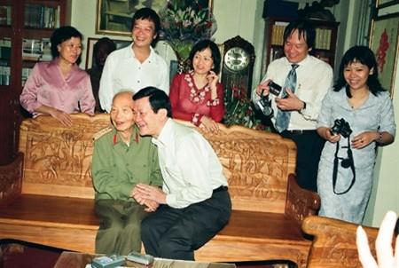 Chủ tịch nước Trương Tấn Sang và Đại tướng vui vẻ chuyện trò