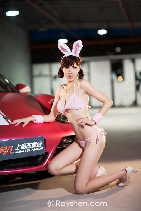 'Thỏ xinh' khoe dáng bên xế thể thao - ảnh 7