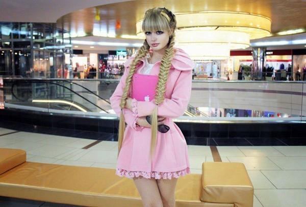 Cô yêu thích màu hồng và những trang phục được thiết kế giống búp bê