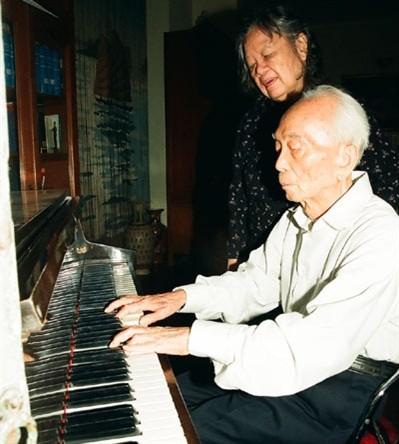 Đại tướng và phu nhân bên cây đàn piano..