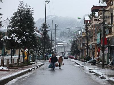 Khách du lịch bắt đầu đổ xô lên Sa Pa trong sáng sớm nay 16/12             Bài viết: http://news.zing.vn/Khach-du-lich-do-xo-len-Sa-Pa-trong-tuyet-trang-post377656.html#home_featured.noibat             Nguồn Zing News