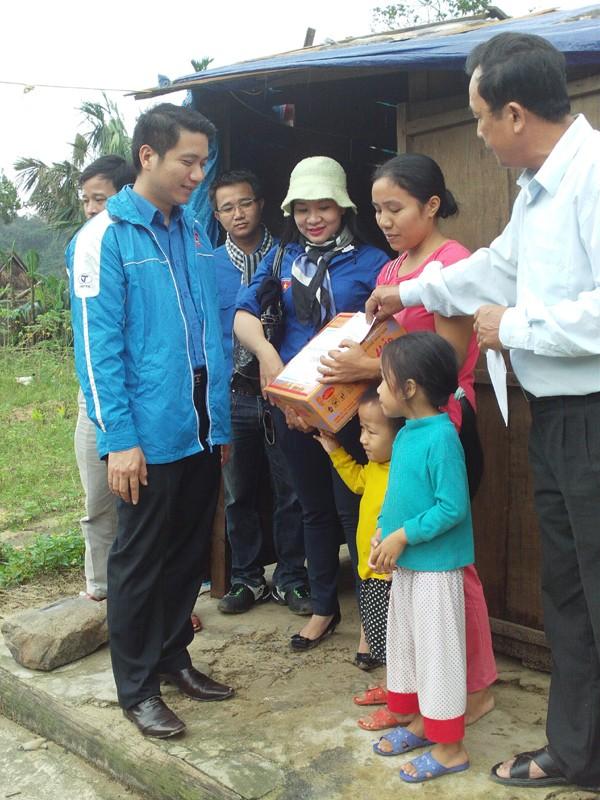 Đồng chí Nguyễn Ngọc Lương - Ủy viên BTV Trung ương Đoàn,             Bí thư Đoàn Khối  tới thăm hỏi và tặng quà gia đình có nhà bị đổ, sập tại xã Cao Quảng