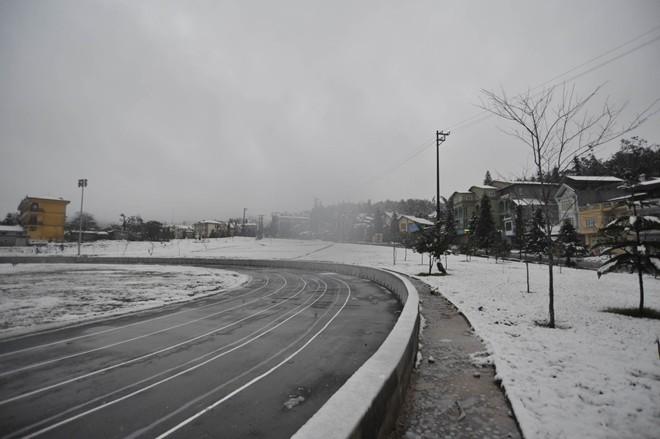 Sân vận động ở thị trấn bị tuyết phủ kín.             Bài viết: http://news.zing.vn/Khach-du-lich-do-xo-len-Sa-Pa-trong-tuyet-trang-post377656.html#home_featured.noibat             Nguồn Zing News