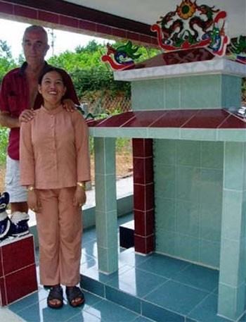 Robert Podunavac và chị Thy Nhơn đứng trước ngôi mộ - món quà cưới của chị Thy Nhơn dành cho Robert.             Bài viết: http://news.zing.vn/Cuoc-tinh-ky-la-cua-trieu-phu-My-va-co-gai-Viet-post358753.html#home_featured.tinnong             Nguồn Zing News