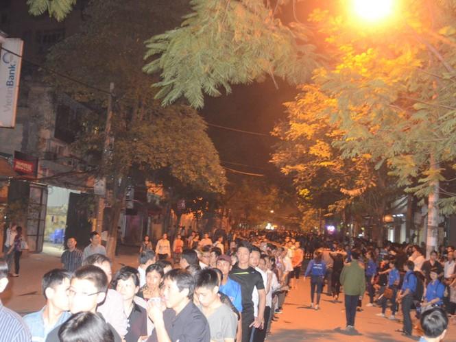 Hàng nghìn người vẫn xếp hàng chờ vào viếng Đại tướng Võ Nguyên Giáp