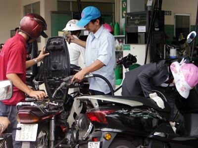 Kinh tế ảm đạm, xăng dầu rớt giá - ảnh 1