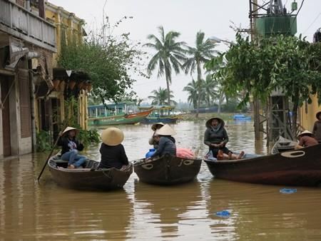 Tuy nhiên, lũ đã rút ngay, đến sáng 16, nước đã rút ra đến đường Bạch Đằng, ven sông Hoài