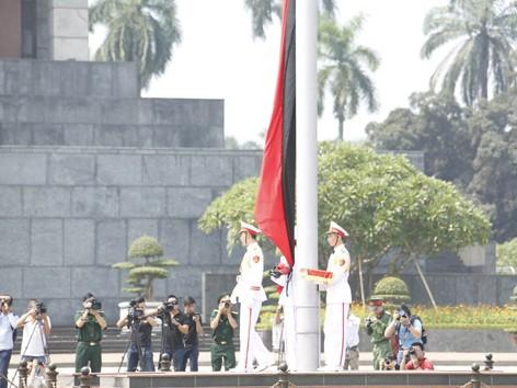 Treo cờ rủ tại Quảng trường Ba Đình (Hà Nội)từ 12h hôm nay, 11/10. Ảnh: Như Ý