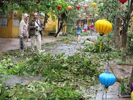 Hai du khách người Pháp ghi lại những hình ảnh Hội An ngay sau khi bão ngớt sáng 15/10. Hai du khách này chia sẻ rằng họ rất tiếc khi