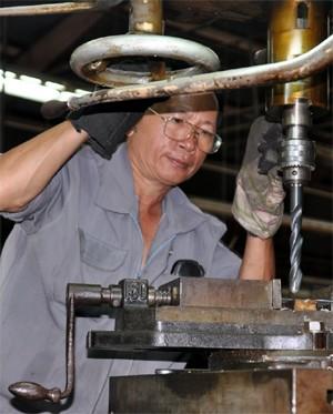 Dưới bàn tay lành nghề và sự sáng tạo của đội ngũ kỹ sư của nhà máy, các máy móc và dây chuyền cũ từ thời chiến tranh vẫn hoạt động tốt với độ chính xác cao