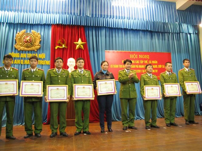 Đại tá Nguyễn Đức Chung trao bằng khen cho các cá nhân, tập thể xuất sắc phá án. Ảnh: Tuấn Nguyễn