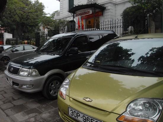 Bãi đỗ xe ô tô trước cửa công ty Alphanam trên đường Bà Triệu