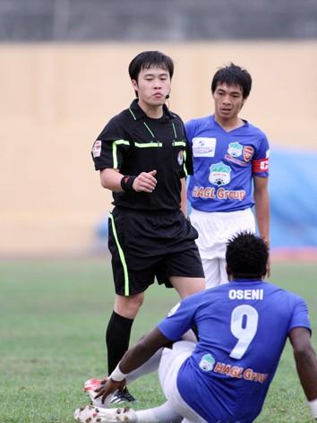 V.League đã kết thúc song nghi án tổ trọng tài Đinh Hải Dương nhận 100 triệu đồng, một trong nhiều sự cố của giải, vẫn chưa có lời kết. ảnh: VSI
