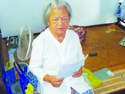 Bà Hoàng Thị Vường và tờ giấy báo tử của chồng - liệt sỹ Đỗ Thành Can