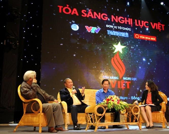 Từ trái qua phải: Nhà sử học Dương Trung Quốc, Chủ tịch Tập đoàn Hoa Sen Lê Phước Vũ; Bí thư T.Ư Đoàn Phan Văn Mãi và nhà báo Tạ Bích Loan