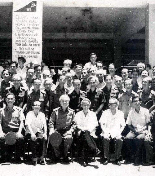 THPT Quốc học Huế là nơi học tập của nhiều vĩ nhân như Chủ tịch Hồ Chí Minh), Cố Tổng bí thư Trần Phú, Cố thủ tướng Phạm Văn Đồng, GS. Đặng Thai Mai, Đại tướng Võ Nguyên Giáp