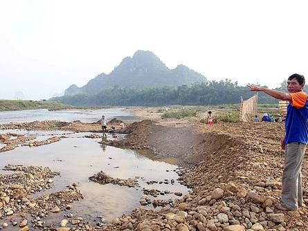 Người dân bức xúc vì từ ngày 2 đến 7.10, dù chưa cấp phép nhưng những người đào vàng đã mang máy móc cày nát bãi sông để tìm vàng mà chính quyền địa phương không ngăn chặn