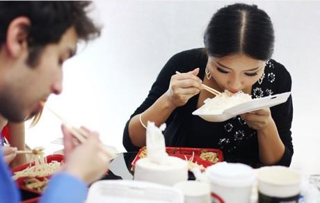Sau buổi sáng làm việc, thời gian nghỉ trưa chỉ kéo dài chừng hơn một giờ đồng hồ. Thậm chí Li Jingning và các đồng nghiệp không có thời gian thay bộ đồ khác. Mọi người nhanh chóng ăn uống cho lại sức