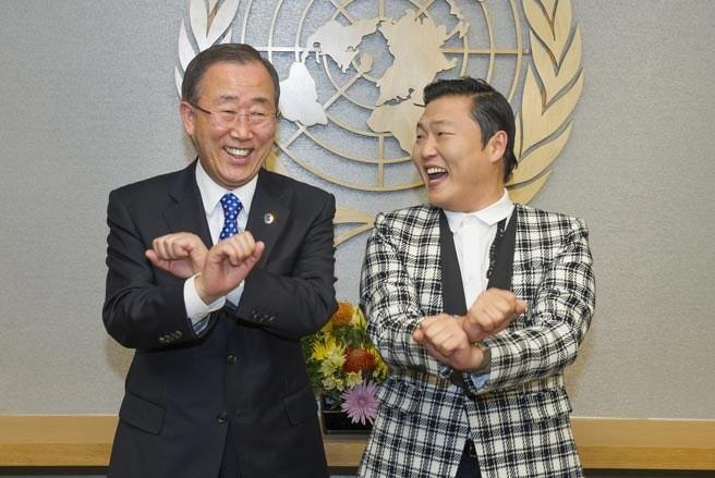 Tổng thư ký Liên Hợp Quốc Ban Ki Moon vui vẻ nhảy điệu nhảy ngựa Gangnam Style của rapper Hàn Quốc Psy. Ông Ban Ki Moon từng phát biểu rằng, ông rất tự hào về điệu nhảy này và đánh giá cao sức mạnh của âm nhạc