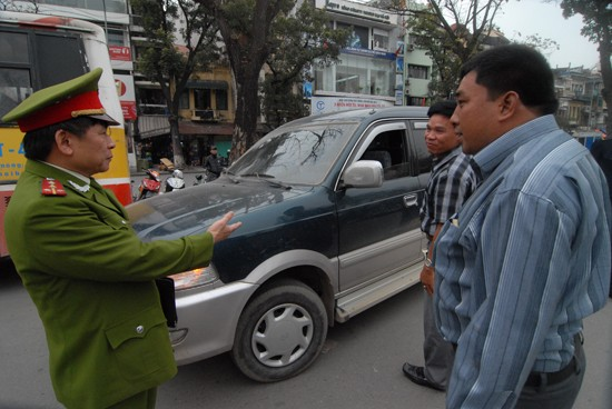 Một lái xe ô tô bị lực lượng chức năng nhắc nhở vì dừng đỗ dưới lòng đường ven hồ Gươm