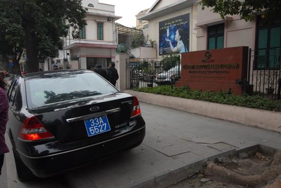 Một xế biển xanh ngự nửa lòng đường, nửa vỉa hè trên phố Đinh Tiên Hoàng, trước cổng tòa nhà Tổng công ty điện lực thành phố Hà Nội