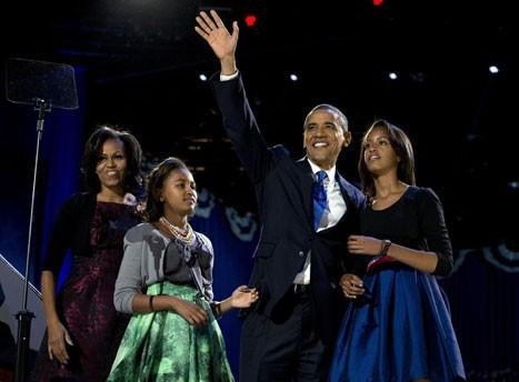 Ông Barack Obama giành chiến thắng trước ứng viên Đảng Cộng hòa Mitt Romney và trở thành tổng thống tái đắc cử của Mỹ. Trong ảnh, ông cùng vợ con phát biểu trước đám đông tại Chicago ngay sau khi công bố kết quả bỏ phiếu trong đêm 6-11