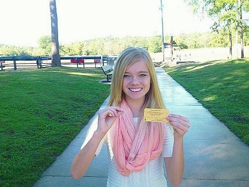 Tana Clymer, bé gái 14 tuổi vừa tìm thấy viên kim cương 3,85 carat. Ảnh: Arkansas State Park.