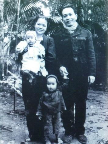 Vợ chồng Đại tướng Võ Nguyên Giáp tại xã Bảo Linh, huyện Định Hóa, tỉnh Thái Nguyên năm 1952