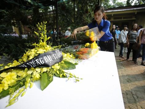 Những bó hoa của nhân dân đến viếng được xếp trong vườn nhà Đại tướng