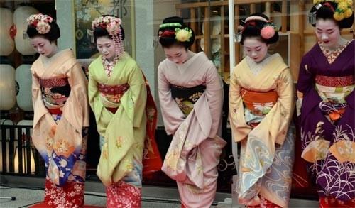 Ngắm các nữ sinh geisha Nhật xuống phố - ảnh 4
